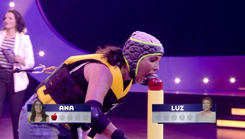 Ana ve su oportunidad y se lanza a por todas las manzanas