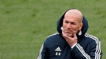 Zidane observa a sus jugadores en el entrenamiento en Valdebebas
