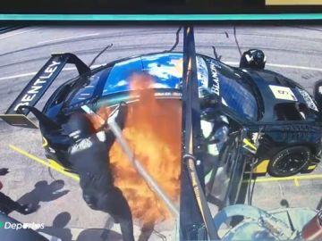 """Brutal incendio en el coche de Andy Soucek en pleno repostaje: """"Fueron momentos de mucha tensión"""""""