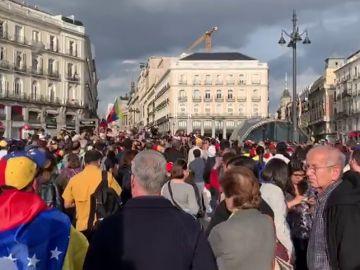 Cientos de venezolanos se manifiestan en Sol para apoyar a Guaidó