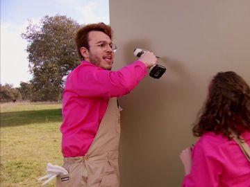 El toque maestro de Álex y Naomi para lograr taladrar una pared a la perfección