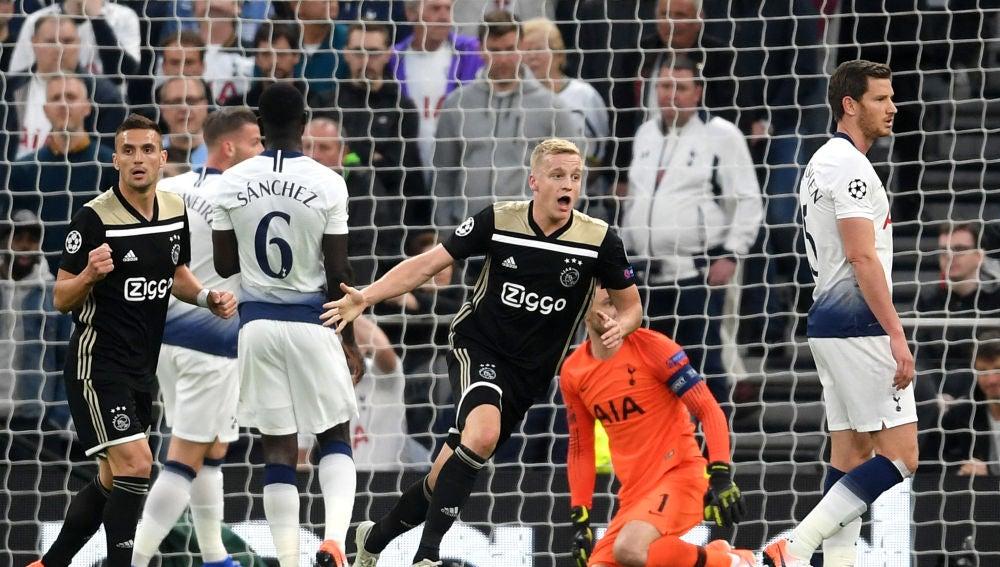 Van de Beek celebra su gol con el Ajax ante el Tottenham