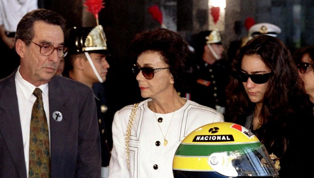 Los padres y la hermana de Ayrton Senna, durante el funeral del piloto