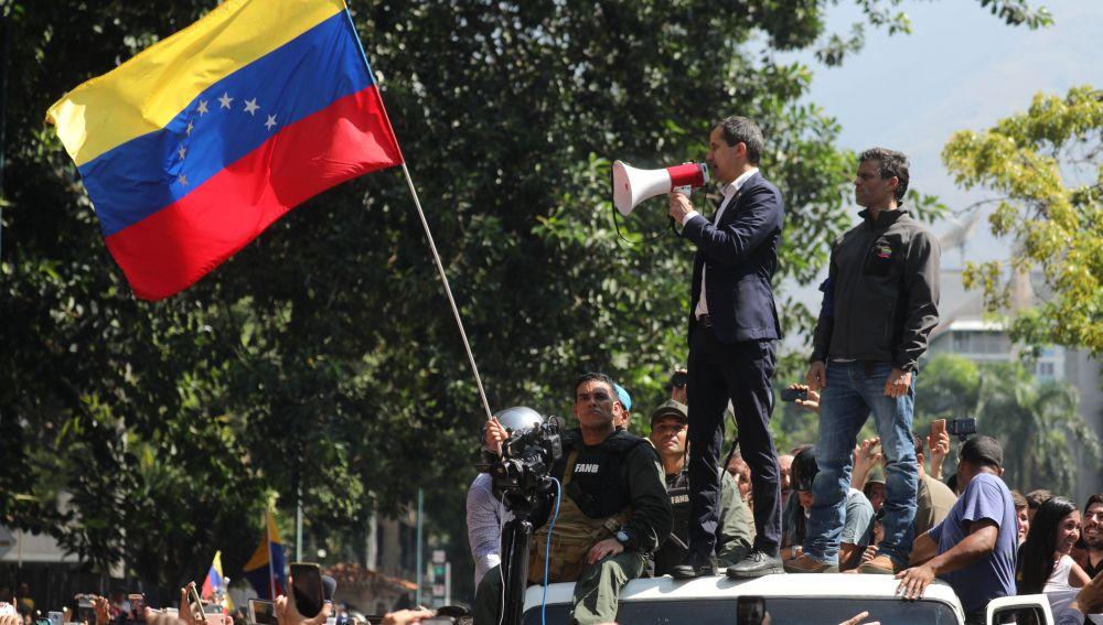 Juan Guaidó y el líder opositor Leopoldo López participan en una manifestación en apoyo a su levantamiento contra el gobierno de Nicolás Maduro el pasado martes 30 de abril, en Caracas