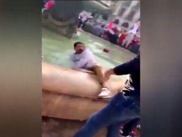 Aficionados del Liverpool tiran a un hombre a una fuente