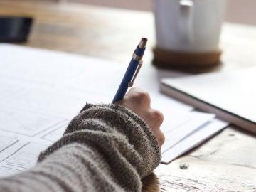 Una persona escribiendo
