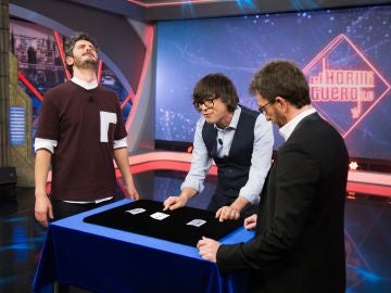 Luis Piedrahita engaña con el 'truco del trilero' a Antonio Pagudo en 'El Hormiguero 3.0'
