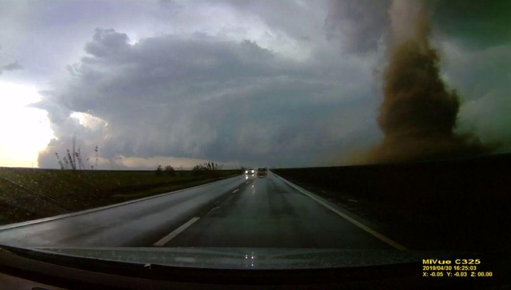 Impactantes imágenes de un tornado en Rumanía