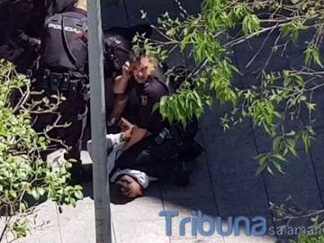 Un hombre apuñala a su expareja en una plaza de Salamanca