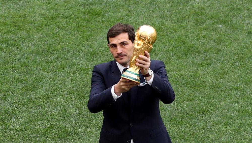 Iker Casillas sostiene la Copa del Mundo