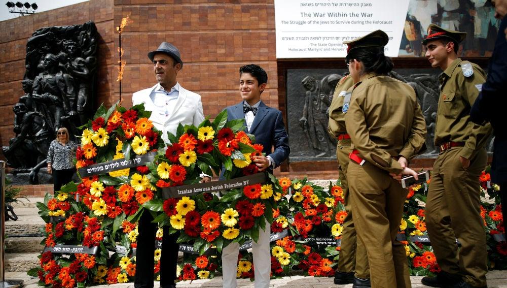 Ofrenda floral por las víctimas del Holocausto