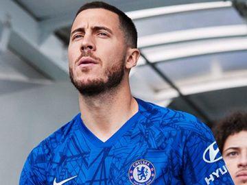 Hazard posando con la nueva camiseta del Chelsea