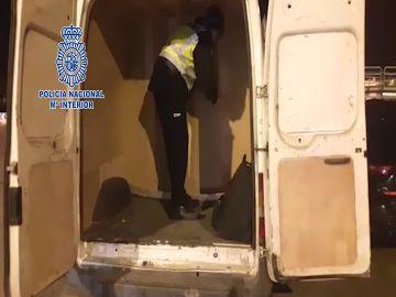 Descubren a cuatro inmigrantes escondidos en el doble fondo de una furgoneta en Ceuta