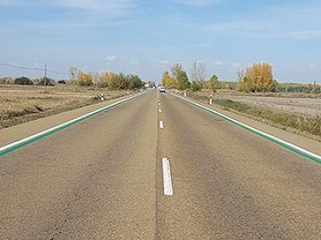 Carretera con líneas verdes