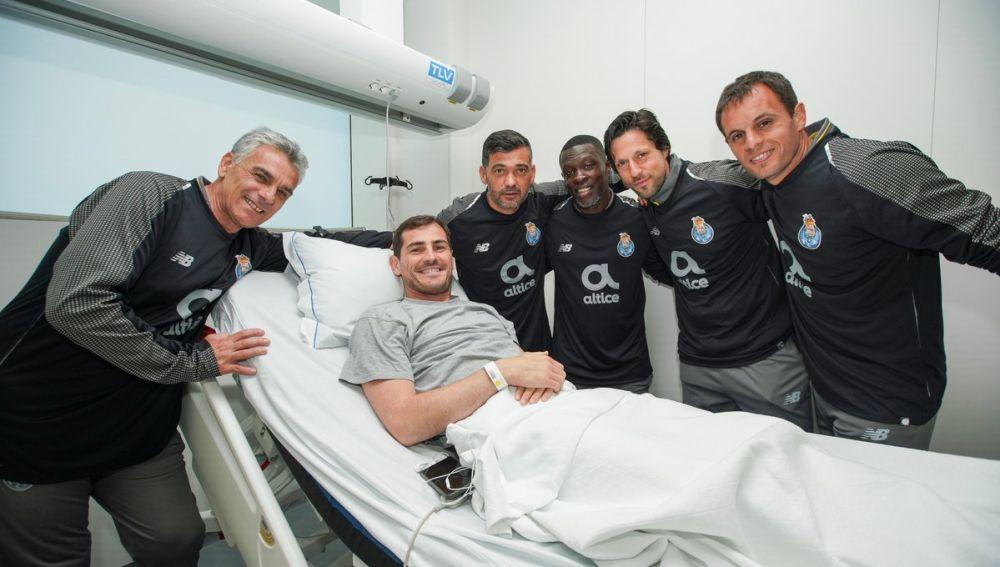 Iker Casillas, en el hospital con sus compañeros