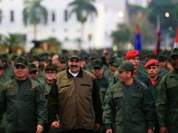 Nicolás Maduro rodeado de militares