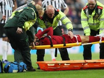 Salah, retirado en camilla en el partido del Liverpool