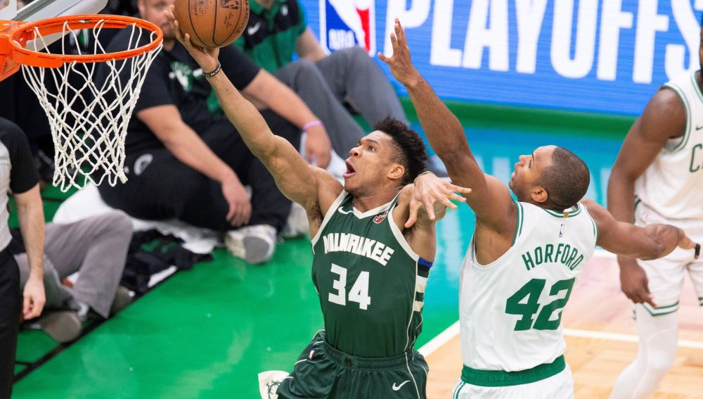 Antetokounmpo intenta anotar ante la defensa de Al Horford