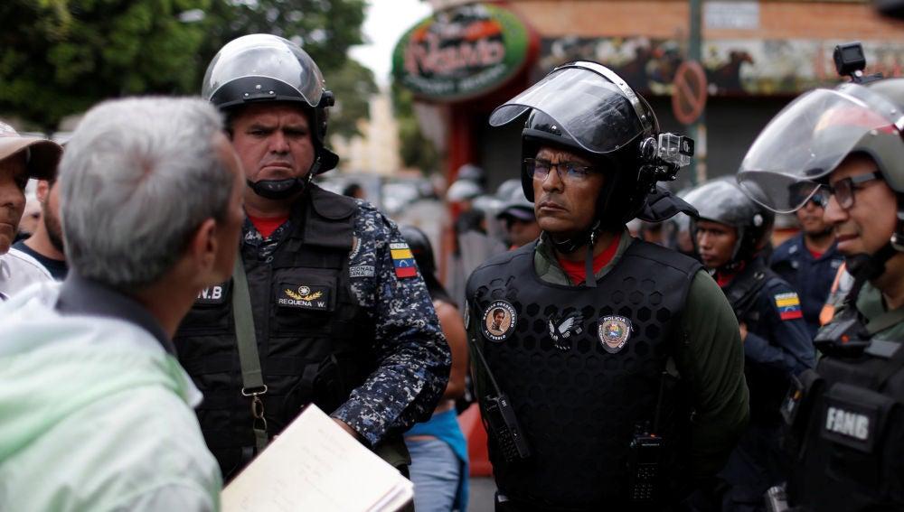 Un ciudadano trata de convencer a los militares para que se rebelen contra Maduro