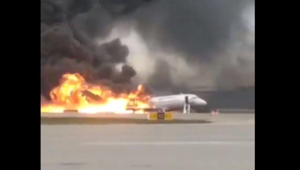 Imagen del avión incendiado en Moscú