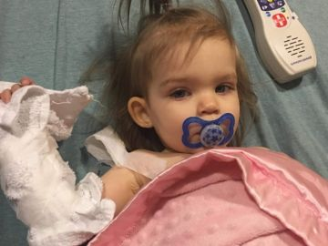 Callie June, una bebé de 18 meses enferma de cáncer