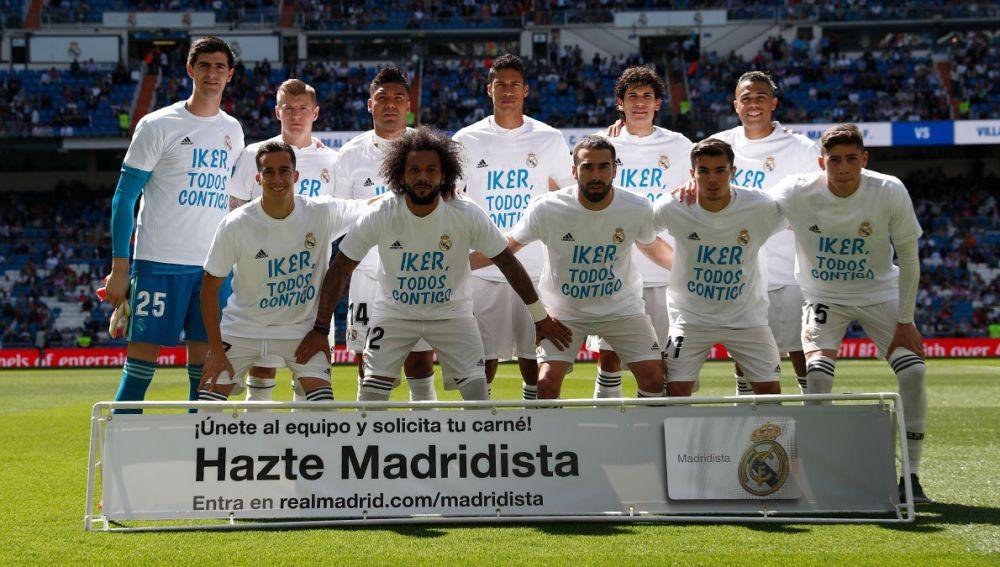 El Real Madrid posa con una camiseta de Casillas antes del inicio del partido ante el Villarreal