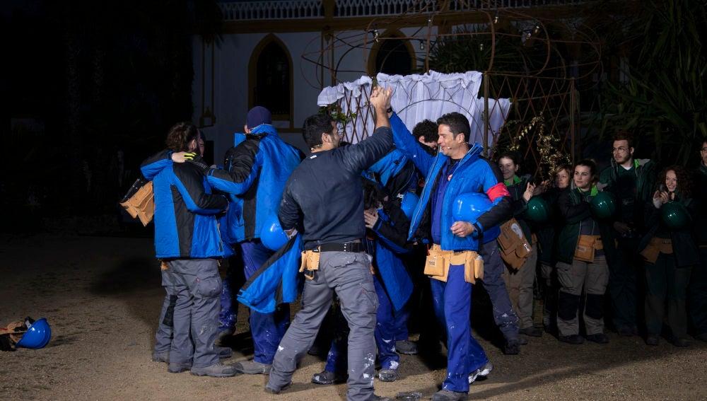 Euforia y saltos de alegría en el equipo azul tras ganar la prueba por equipos