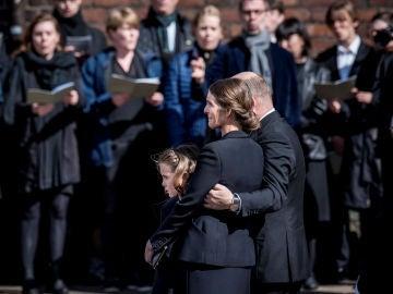 El dueño de ASOS, su mujer y su hija en el funeral