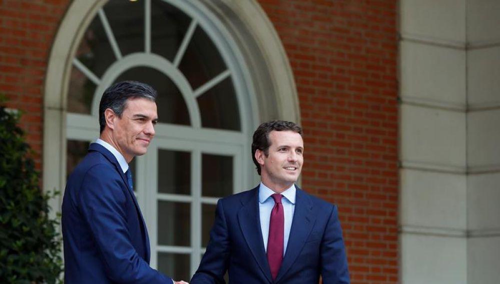 Fotografía de archivo de Pedro Sánchez con Pablo Casado en La Moncloa