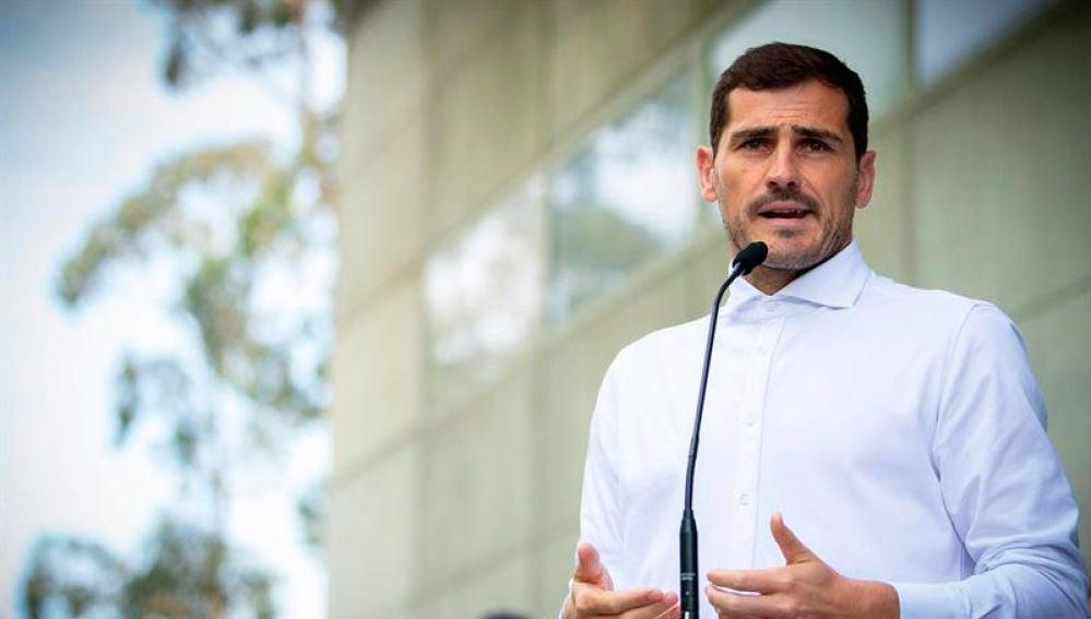 Casillas durante su comparecencia ante los medios a la salida del hospital