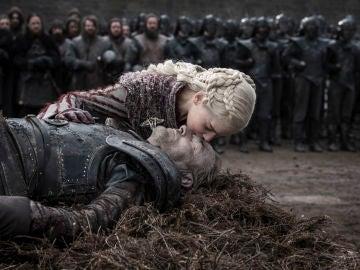 Daenerys Targaryen junto al cuerpo de Jorah en el 8x04 de 'Juego de Tronos'