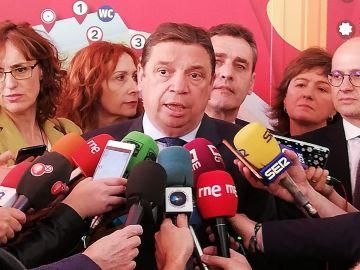 Luis Planas, atendiendo a los medios de comunicación en FENAVIN