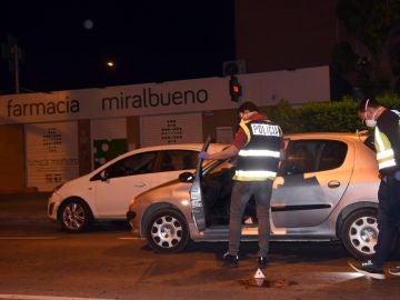 Agentes de la Policía Científica examinan el vehículo en el que un hombre ha tratado de degollar esta tarde a una mujer en Zaragoza