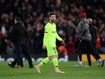 Messi se retira con gesto muy serio en Anfield