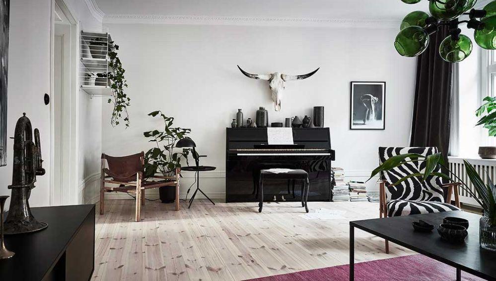 Salón estilo nórdico en tonos negro y madera