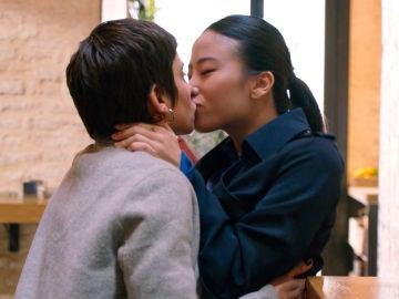 Jin se lanza a besar a Carmen tras malinterpretar sus intenciones