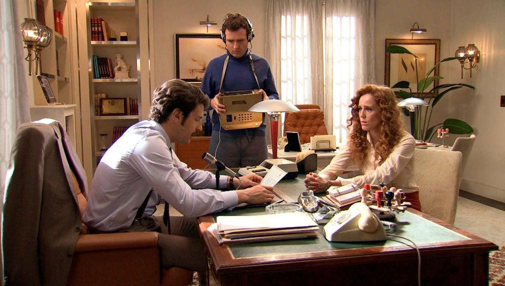 Carlos denuncia la desaparición de Mónica por la radio para enfado de Gabriel