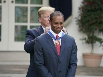 Donald Trump poniéndole la medalla a Tiger