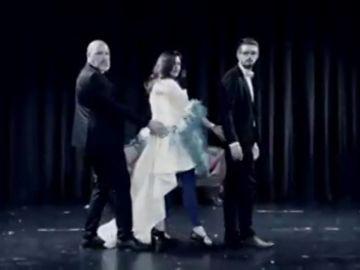A rimo de 'A quien le importa' y con un chal de plumas, el vídeo promocional de una candidata del PP