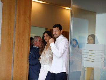 Casillas y Sara Carbonero a la salida del hospital