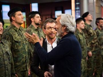 Imanol Arias pasa revista a unos soldados muy especiales y algo díscolos en 'El Hormiguero 3.0'