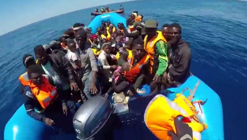 18 de los 65 inmigrantes rescatados por la ONG alemana Sea-Watch llegan a Italia.