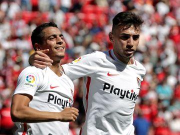 Ben Yedder y Munir se abrazan para festejar el gol del Sevilla
