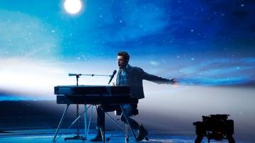 Duncan Laurence en su actuación en la final de Eurovisión 2019