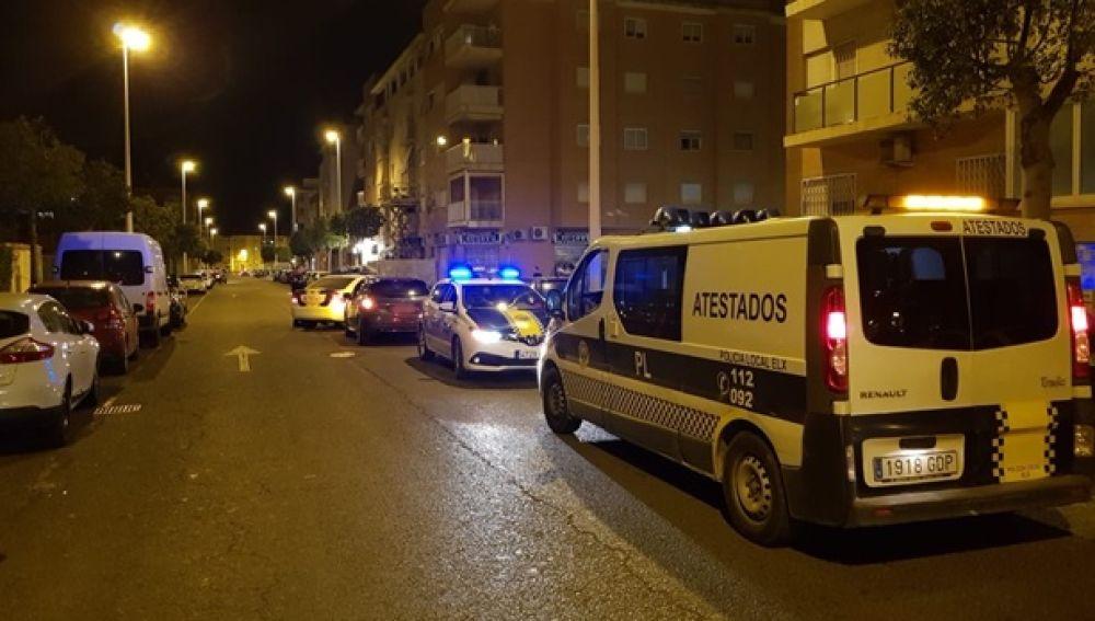 Unidades de la Policía Local de Elche interceptan un vehículo el pasado mes de mayo.