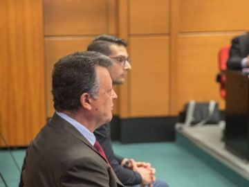 El director general de Mercedes-Benz España, Emilio Titos, junto a su hijo