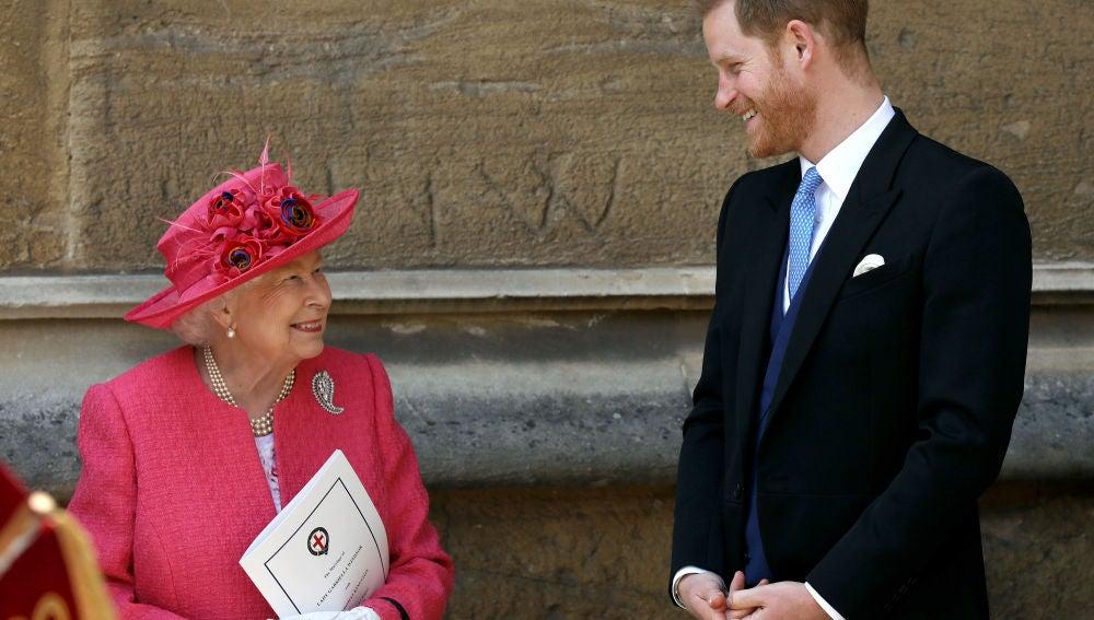 La reina Isabel II y el príncipe Harry en la boda de Lady Gabriella Windsor