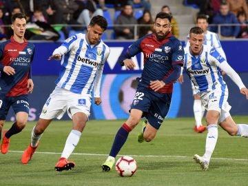 Reyes intenta despejar el balón en el ataque de Enric Gallego