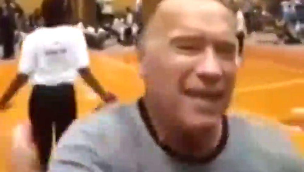 Arnold Schwarzenegger recibe una brutal patada por la espalda durante un acto en Sudáfrica