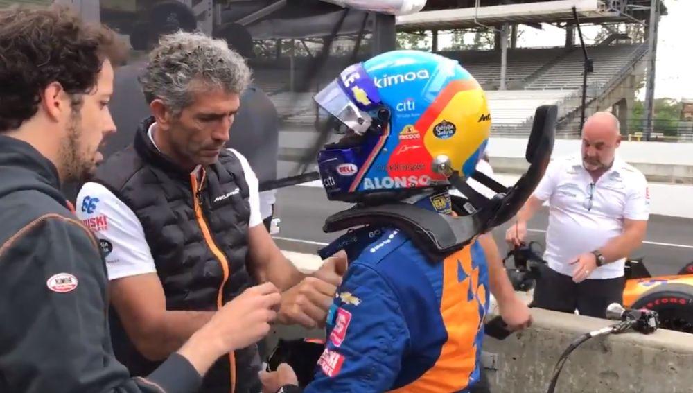 Fernando Alonso, antes de subirse al coche en Indianápolis